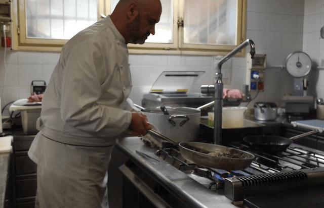 chef Renato Rizzardi in cucina.