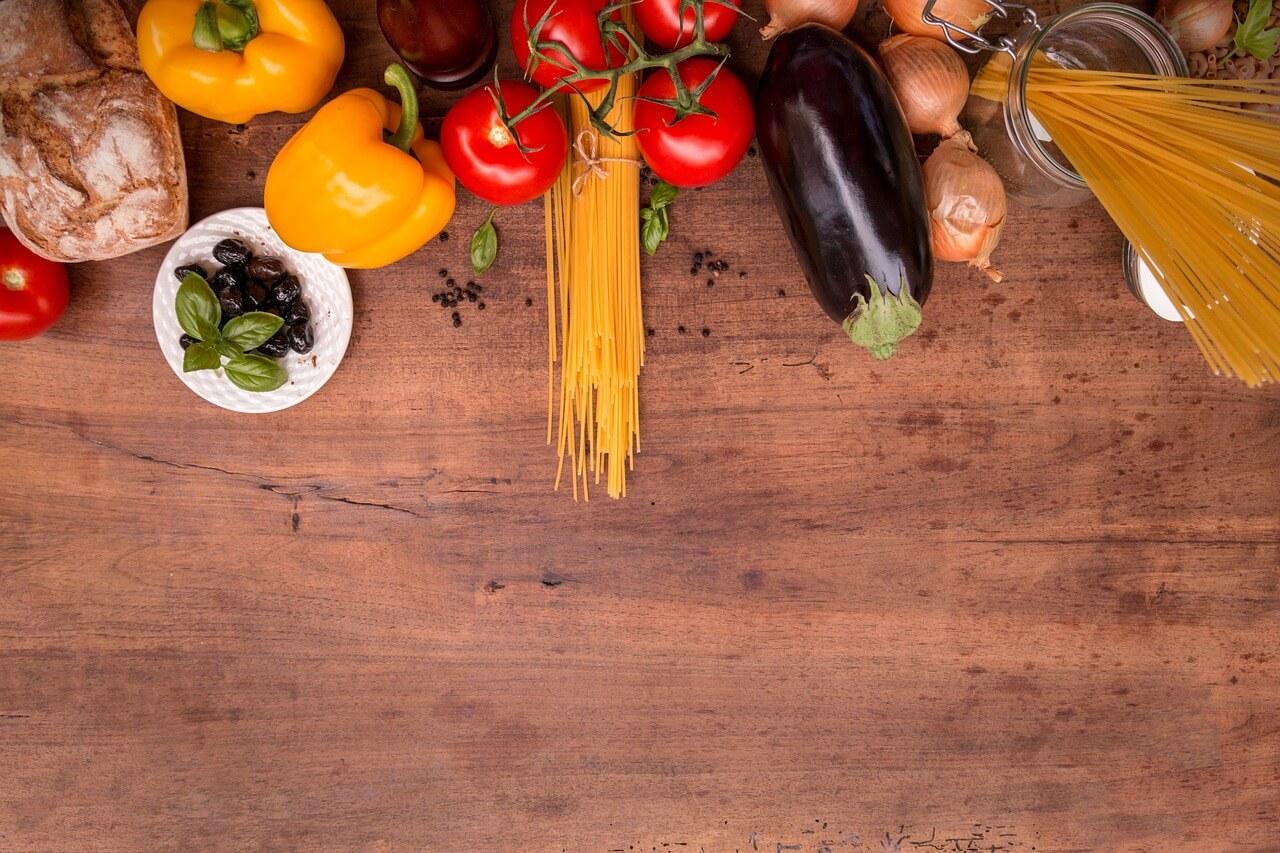 uìingredienti. cucina. mediterranea. tavolo. legno.