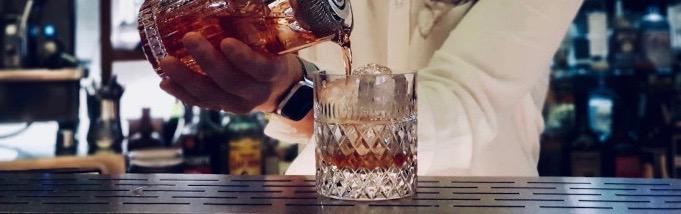 Anniversario. Negroni. Cocktail. Bartender. bicchiere.