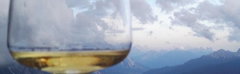 calice. vino. bianco. vinovip. 2017. dolomiti.