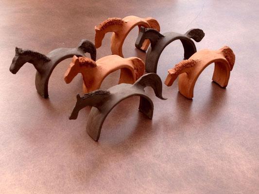 Cavalli in ceramica di Ulla Mugler
