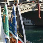 Tradizionale Regata delle Befane in Canal Grande a Venezia il giorno Epifania 6 gennaio. 5 sfidanti vogheranno in mascareta coa scoa e vestiti da befana.