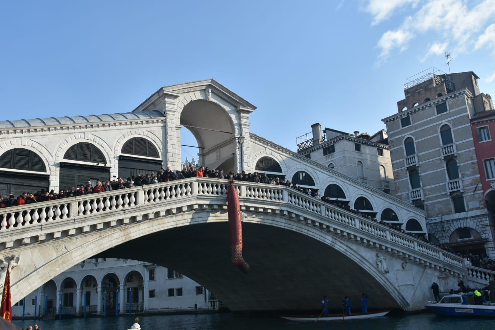 La calza appesa al Ponte di Rialto